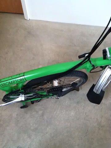Siguiente: agarrar la silla con la mano izquierda y coge la moto's butt quickly. The rear wheel will swing back and snap into place. (Also easier with two free hands.)