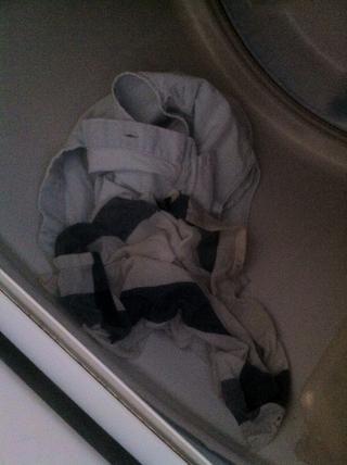 Tire a tanto la tela y la pieza de ropa en una secadora :)