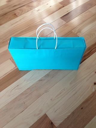 Terminado regalo listo para dar en persona o en este caso a través de correo postal. Taping maneja abajo puede ser necesario, dependiendo de cartero.