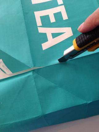 Mida y corte el material necesario - preferiblemente a lo largo de líneas de puntuación existentes.