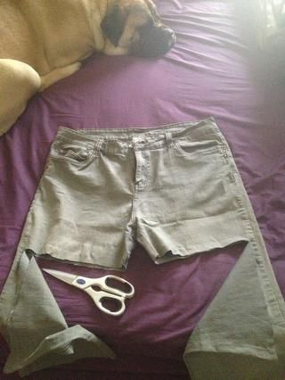 Coloque los pantalones vaqueros plana - cortado de las costuras Media hasta el borde exterior - NO CORTE HASTA EL FINAL A TRAVÉS - como se muestra