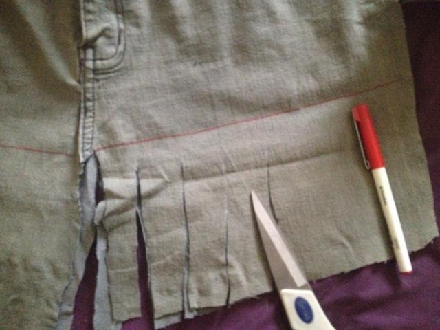 Marque una línea de la hendidura del centro hasta el borde exterior a continuación, cortar tiras hasta la línea