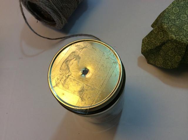 Hacer agujero lo suficientemente grande para el yute para caber a través fácilmente. Amplié la mina utilizando una herramienta de metal perforación papel. Aplique el adhesivo a la parte superior de la tapa.