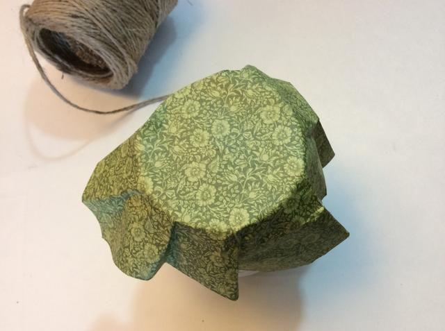 Envuelva el papel alrededor de la tapa. Doblar y pulse papel alrededor de la tapa. (Mi trabajo es 6