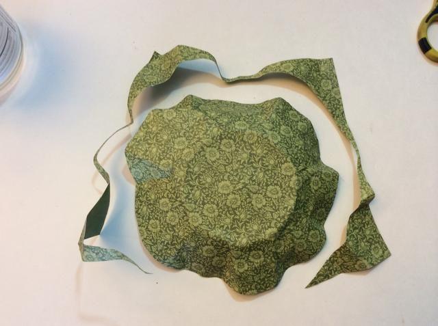 Cortar el exceso de papel, corte en forma de círculo.