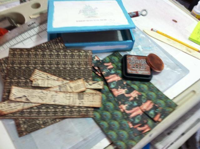 Elegí papeles tanto del 12x12 y pastillas de 8x8. Ellos fueron cortados a la medida y apenado con la foto de la vendimia. He utilizado una esponja de maquillaje de espuma para aplicar la tinta.