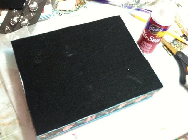 Apliqué fieltro negro para la parte inferior con Aleen's No-Sew fabric glue.