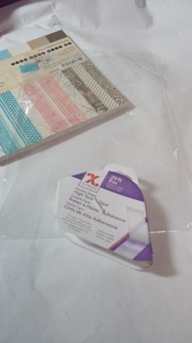 Use un pedazo de envases reciclados para hacer un bolsillo para su tarjeta.