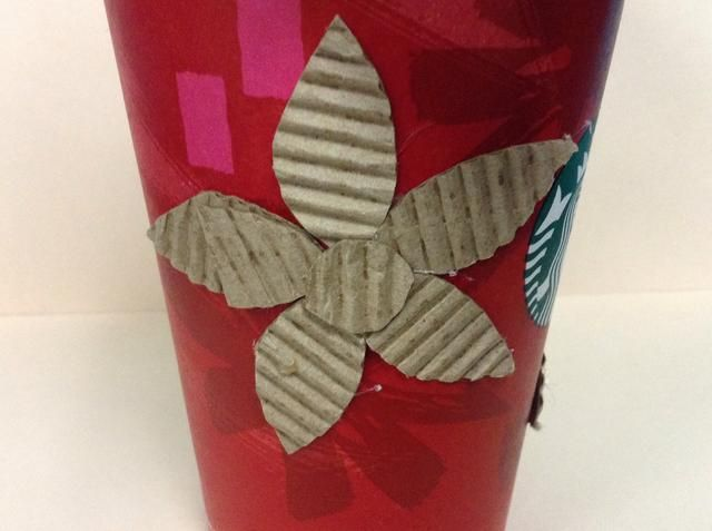 Debe ser algo como esto. Añadir otra flor en el otro lado de su taza.