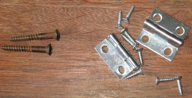 Reúna todos los viejos y nuevos bisagras y tornillos y llevarlos fuera de la pintura de aerosol usando la pintura hecha de piezas de metal para refrescar las piezas antiguas y combinar las piezas nuevas para ellos.