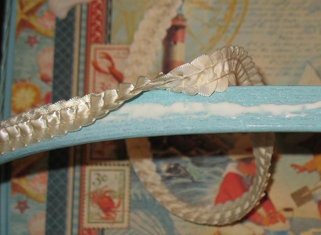 Después de volver a colocar la tapa utilizando el hardware, cubrir la parte superior de las manijas pegando la cinta a la misma y dejar que se seque.