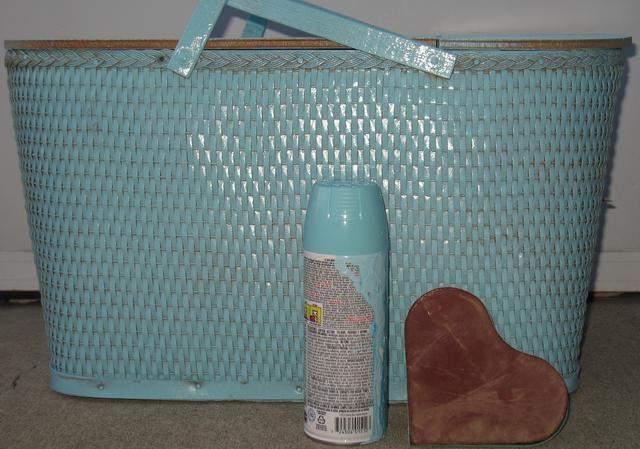 Lijar la tapa y el polvo de cada pieza. Luego, llévelo afuera y pintura de aerosol que dejar que se seque entre cada recubrimiento.