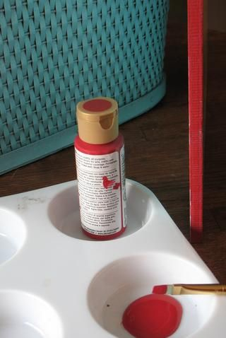 Pintar los bordes de la tapa utilizando el pintura acrílica roja y el cepillo.