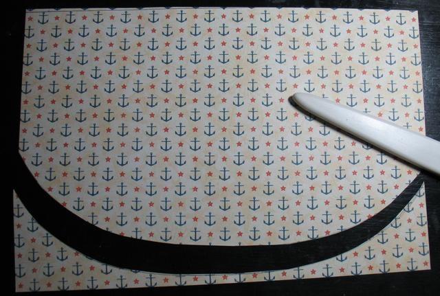 Tome el pedazo de Pier 45 de papel con dibujos, se adhieren a la más pequeña tapa con Modge Podge en el pincel de espuma. Deje que se seque y gire la tapa a recortar el exceso de uso de tijeras. Ponga a un lado.