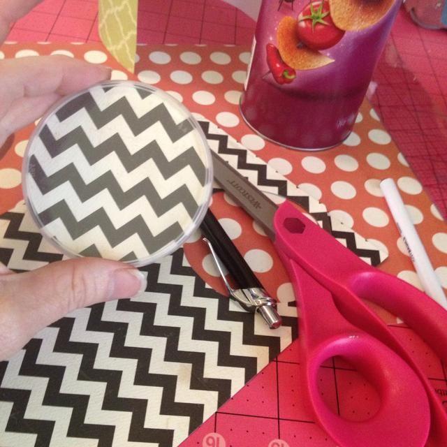 Siguiente traza alrededor de la tapa y cortar un círculo justo dentro de la traza líneas- pop en la tapa
