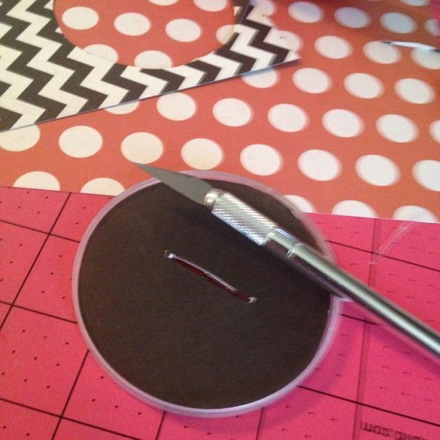 Cortar a ti mismo una ranura para el primer partido de tabulación. He utilizado una gran ajuste, pero si usted tiene un un corte pequeño en consecuencia