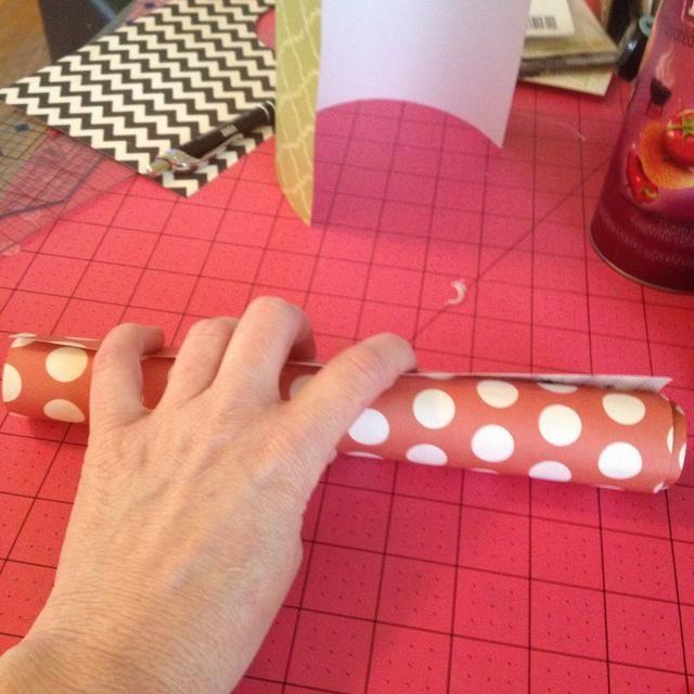 Ahora para cubrir el rollo de papel pre can- para que sea más fácil de FIT- asegurarse de que el más pequeño filo es vertical
