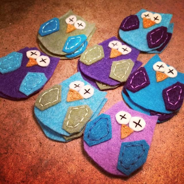 aquí's my felt appliqué owls so far. It's easy to stitch an assembly line if you're making more than one pair of booties.