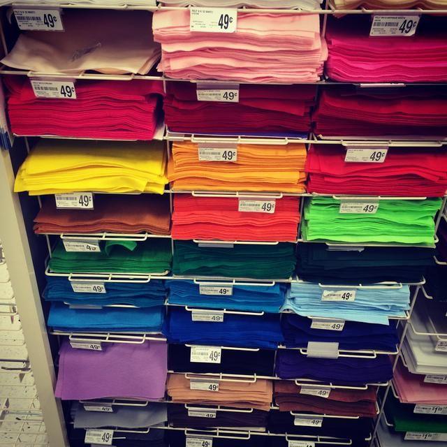 Me gustaría añadir algo de color a los botines utilizando fieltro y seda bordado. Usted puede comprar sentido en Michaels o cualquier tienda de dólar canadiense. Por lo general escojo los colores brillantes y el uso de una base gris.