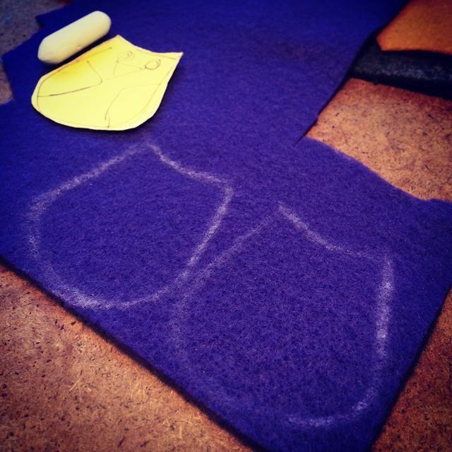 Traza el patrón sobre el fieltro y cortar a cabo. Yo coser la lechuza separado después añadirlo al botín.