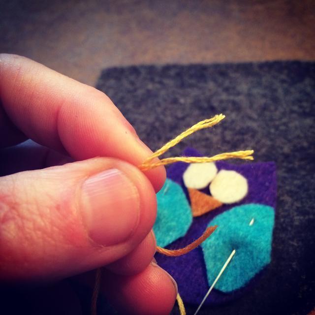Dividir el hilo de bordar en 3 hilos - no utilice el pleno de 6 hilos. Siguiente enhebrar la aguja de bordado y su listo para coser juntos tu lechuza.