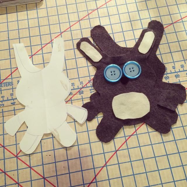 aquí's the front & back. I then used buttons & felt for the face & ears. I hand-stitched using an embroidery needle & thread.