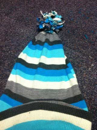 El sombrero acabado. He utilizado tiras de suéter para este pompón.