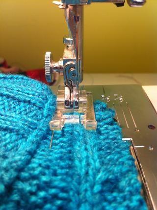 Ahora coser todo el camino alrededor del sombrero en la línea que dibujó. También puede entregar coser, pero se necesita un tiempo.
