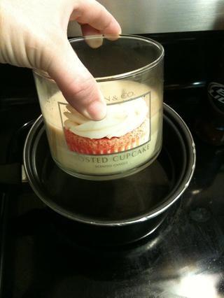 Coloque la vela en el agua hirviendo, gire quemador y deje reposar hasta que la cera se derrita por completo. Retire del agua y con cuidado vierta cera en bandeja de hielo flexibles