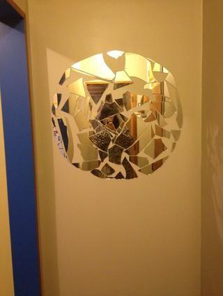 A continuación, la búsqueda de los más grandes trozos de vidrio y relleno en el centro. Después de todo lo que viene de las partes más incómoda usando pedazos cada vez más pequeños para llenar los vacíos como un rompecabezas!
