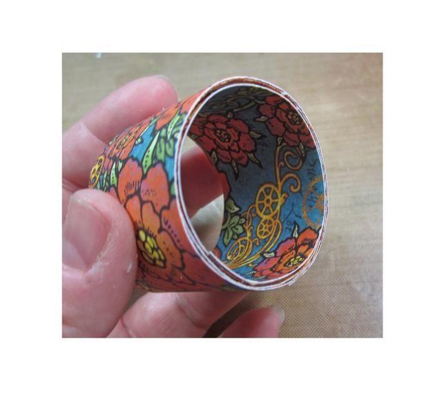 Repetir el mismo proceso con la tira extra, pero se adhieren a la parte interior del rollo.
