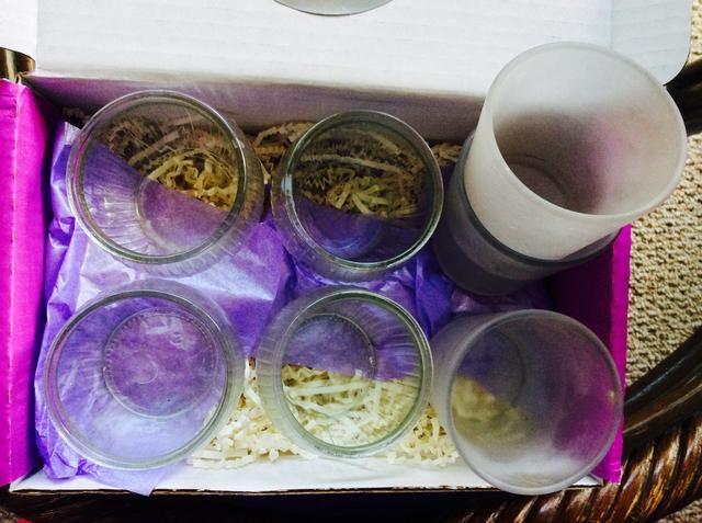 Ahora para decorar las copas de vela de vidrio sobrantes de hermosa votiva y los titulares de la luz del té! Yo recomiendo el lavado con agua caliente y jabón, o corriendo a través de lavavajillas para eliminar las manchas negras