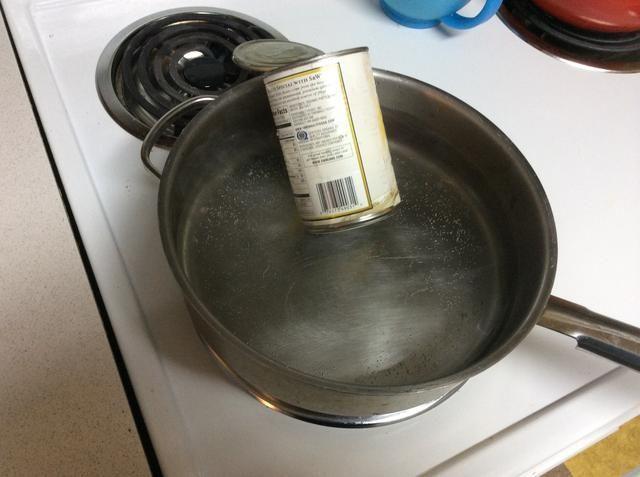 Coloque la primera cera que desea utilizar en la lata, luego coloque en una olla de agua hirviendo y dejar en estado fundido.