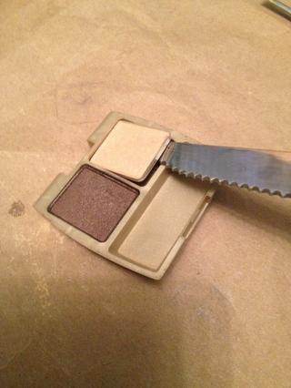 Algunas sombras de ojos pueden ser fácilmente sacados con unas pinzas o un cuchillo de cocina. Pegue la hoja entre el metal y el plástico y aplicar presión.