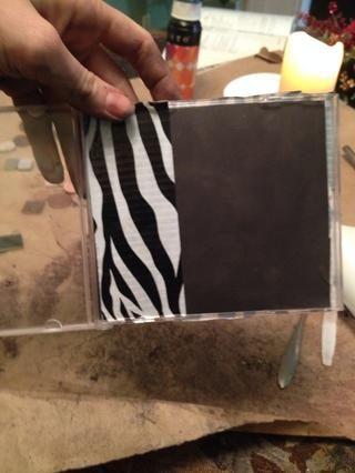Cubra lado imán y dorso (y delante si lo desea) de la caja de CD con cinta adhesiva.