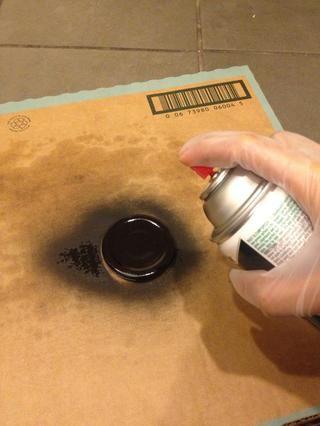 Trate de usar guantes mientras se hace esto y la pintura exterior como para no inhalar los vapores y y arruinar cualquier cosa con la pintura. Agitar el bote y pulverice a cierta distancia. Asegúrese de rociar los bordes también.