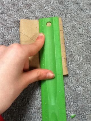En un lado del tubo, marcar cada media pulgada. No en todos los tubos.
