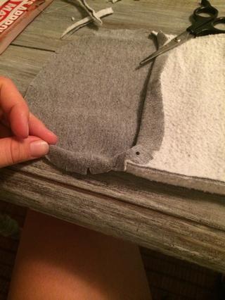 Repita el proceso con el dobladillo inferior para limpiar termina alrededor de las piezas superior e inferior.