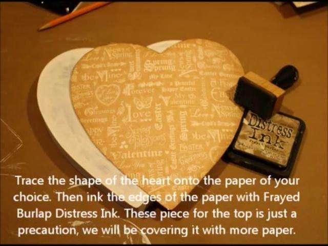 Trazar la forma del corazón en el papel de su elección. Separar. Sand ellos y tinta con tinta angustia. Solía arpillera deshilachada.