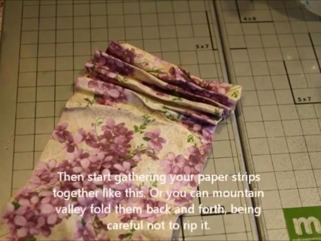 Luego se reúnen el papel esté si fuera tela. Hemos de tener plisado. O valle de montaña plegable si que es más fácil para usted.