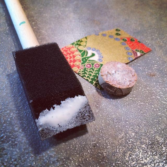 Me parece cepillos de esponja funcionan muy bien cuando se utiliza Mod Podge. Añadir una capa de Mod Podge a la parte plana de la ronda de corcho.