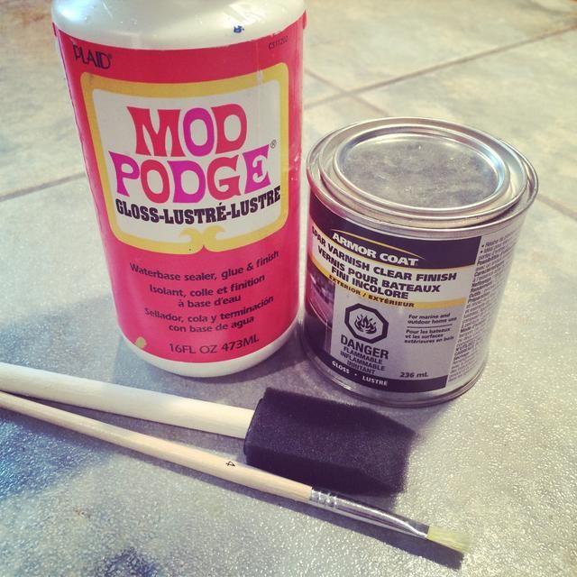 El siguiente paso es pegar el papel a la parte plana del corcho del vino. Primero tú'll need Mod Podge & a sponge brush then wood varnish & a regular paintbrush.