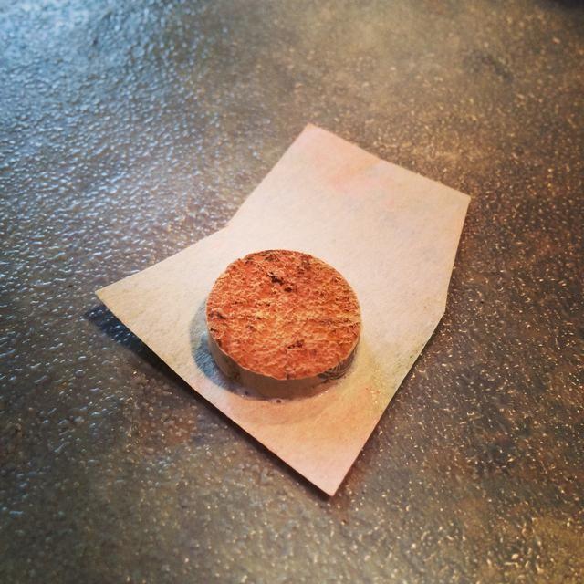 Coloque el corcho en la parte posterior de su trabajo luego frotar el papel en el corcho. Deje que el pegamento se seque.