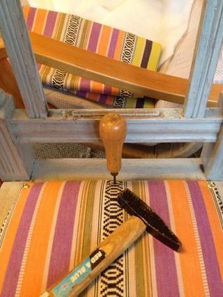 Debido a que las sillas son de roble no pude conseguir la tachuela en sin ayuda. Golpeé la deriva a través de la tela y cartón en la madera. Eso clavado él.