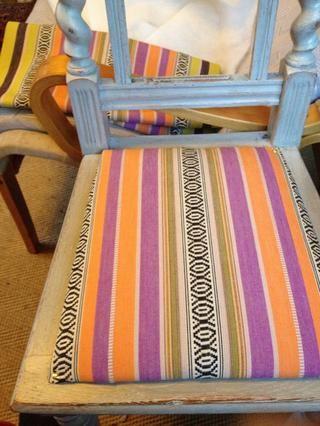 Comience por virar en las esquinas diagonales. La tela está hecha para sillas de cubierta.