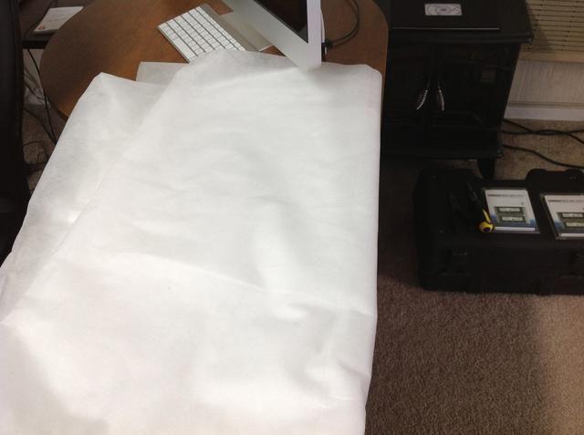 Coloque una toalla o un paño suave en el área de escritorio plana ya que tendrá que poner la cara iMac abajo.