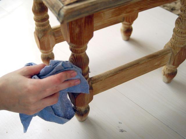 Limpie bien el taburete de la suciedad y el polvo que queda después de lijar.