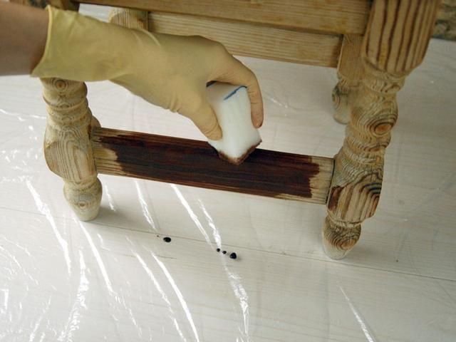 Aplicar barniz a base de agua color deseado en las piernas de heces. Puede repetir el acto de aplicar si quieres un tono más oscuro.