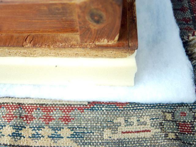 Cortar la alfombra por el tamaño del asiento y los márgenes dejados por la espuma del tamaño's width. Spread the rug and put the stool with thick foam and acrylic foam on it.