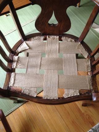 Aplique su correa en un patrón de tejido. Asegure con grapas o tachuelas de tapicería y asegúrese de doblar los extremos para la fuerza adicional. Utilice una camilla correas para asegurarse de que las tiras son tensas.